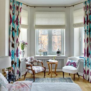 Новые идеи обустройства дома: хозяйская спальня в классическом стиле с белыми стенами и светлым паркетным полом