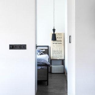 モスクワの小さいコンテンポラリースタイルのおしゃれな主寝室 (白い壁、クッションフロア、茶色い床) のレイアウト