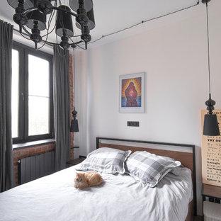 Kleines Industrial Hauptschlafzimmer mit weißer Wandfarbe, Laminat und braunem Boden in Moskau