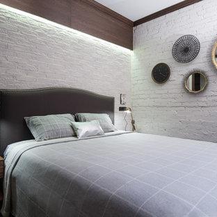 На фото: спальни в стиле фьюжн с белыми стенами для хозяев
