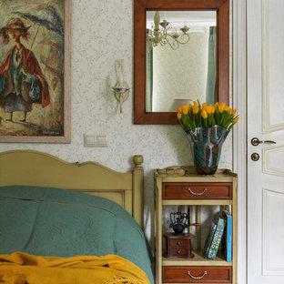 Пример оригинального дизайна: хозяйская спальня среднего размера в классическом стиле с разноцветными стенами и светлым паркетным полом