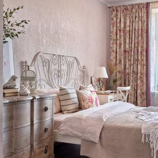 На фото: спальня в стиле шебби-шик с розовыми стенами, темным паркетным полом и коричневым полом с