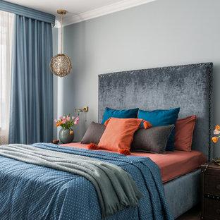 На фото: спальня в стиле фьюжн с серыми стенами и синими шторами с