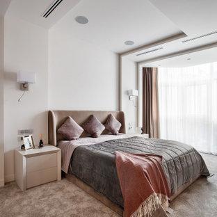 Пример оригинального дизайна: большая хозяйская спальня в современном стиле с белыми стенами, ковровым покрытием и коричневым полом