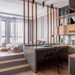 На фото: хозяйская спальня в современном стиле с паркетным полом среднего тона и коричневым полом с