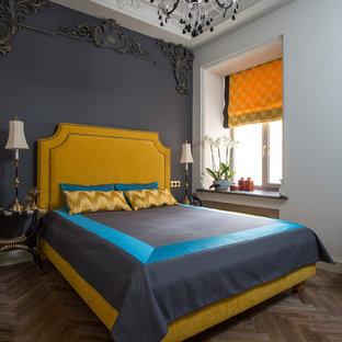 Immagine di una camera da letto classica di medie dimensioni con pavimento in legno massello medio e pareti grigie
