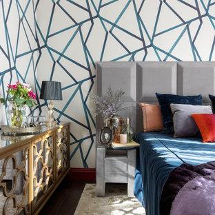 Свежая идея для дизайна: хозяйская спальня в стиле фьюжн с разноцветными стенами, темным паркетным полом и коричневым полом - отличное фото интерьера
