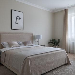 Пример оригинального дизайна: большая хозяйская спальня в стиле современная классика с желтыми стенами, паркетным полом среднего тона, бежевым полом и обоями на стенах без камина