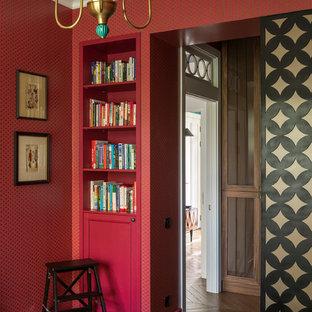 Стильный дизайн: хозяйская спальня в современном стиле с паркетным полом среднего тона - последний тренд