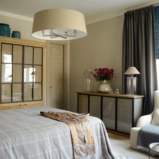 Пример оригинального дизайна: хозяйская спальня среднего размера в современном стиле с бежевыми стенами и светлым паркетным полом