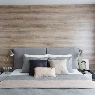 他の地域のコンテンポラリースタイルのおしゃれな寝室 (茶色い壁、無垢フローリング、茶色い床、板張り壁) のインテリア