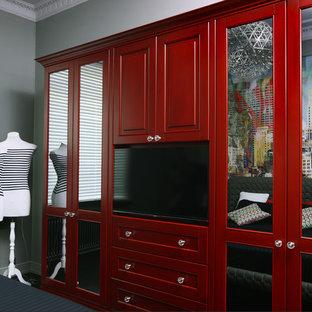 Imagen de dormitorio principal, clásico renovado, de tamaño medio, con paredes grises, suelo de madera oscura y suelo negro