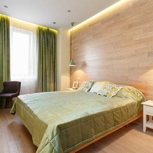 Неиссякаемый источник вдохновения для домашнего уюта: спальня в скандинавском стиле с бежевыми стенами и светлым паркетным полом без камина