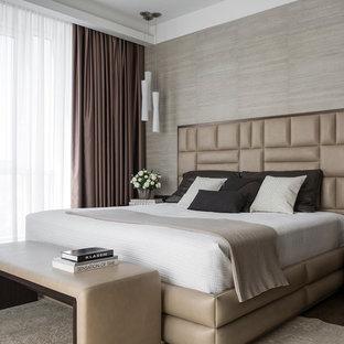 Стильный дизайн: хозяйская спальня среднего размера в современном стиле с бежевыми стенами, паркетным полом среднего тона и коричневым полом - последний тренд