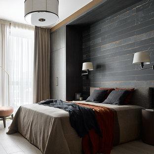 Пример оригинального дизайна: хозяйская спальня в современном стиле с черными стенами, светлым паркетным полом и бежевым полом