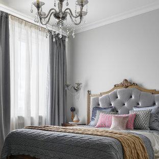Выдающиеся фото от архитекторов и дизайнеров интерьера: хозяйская спальня в классическом стиле с серыми стенами, светлым паркетным полом и бежевым полом
