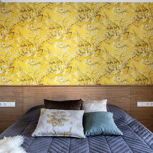 На фото: хозяйские спальни в современном стиле с желтыми стенами