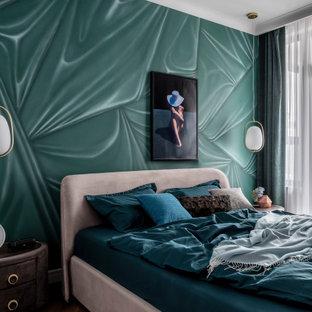 Foto de dormitorio principal, clásico renovado, de tamaño medio, sin chimenea, con paredes verdes, suelo de madera en tonos medios y suelo marrón