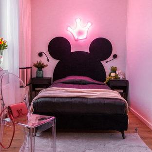 Неиссякаемый источник вдохновения для домашнего уюта: спальня в современном стиле с розовыми стенами, паркетным полом среднего тона и коричневым полом