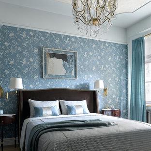 На фото: хозяйские спальни в классическом стиле с синими стенами, паркетным полом среднего тона и коричневым полом