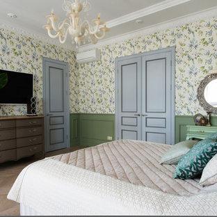Стильный дизайн: хозяйская спальня среднего размера в классическом стиле с зелеными стенами, паркетным полом среднего тона и бежевым полом - последний тренд