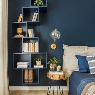 Skandinavisches Schlafzimmer mit blauer Wandfarbe, hellem Holzboden und beigem Boden in Sankt Petersburg