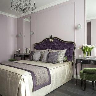 Стильный дизайн: хозяйская спальня в классическом стиле с розовыми стенами, темным паркетным полом и черным полом - последний тренд