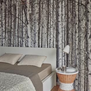 Идея дизайна: спальня в современном стиле с разноцветными стенами и светлым паркетным полом без камина