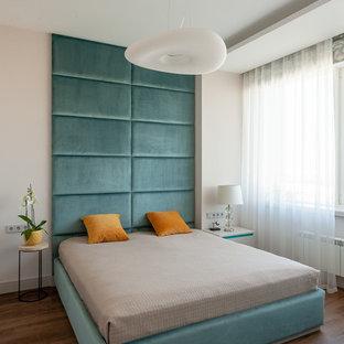 モスクワの中サイズのコンテンポラリースタイルのおしゃれな主寝室 (ベージュの壁、クッションフロア、茶色い床)