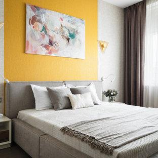 Стильный дизайн: хозяйская спальня среднего размера в современном стиле с желтыми стенами, паркетным полом среднего тона и коричневым полом без камина - последний тренд