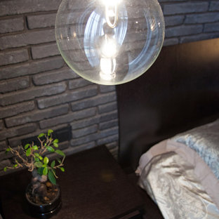 Diseño de dormitorio principal, industrial, pequeño, sin chimenea, con paredes grises, suelo de corcho y suelo marrón