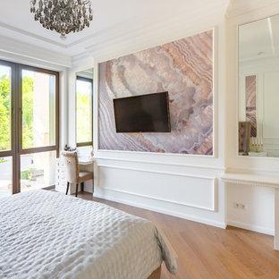 Свежая идея для дизайна: хозяйская спальня в стиле современная классика с белыми стенами, паркетным полом среднего тона и коричневым полом - отличное фото интерьера