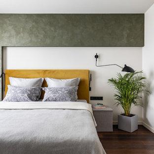 Свежая идея для дизайна: хозяйская спальня в современном стиле с зелеными стенами, паркетным полом среднего тона и коричневым полом - отличное фото интерьера