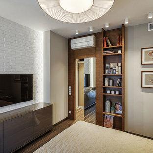 Стильный дизайн: спальня в современном стиле с серыми стенами, темным паркетным полом и коричневым полом - последний тренд
