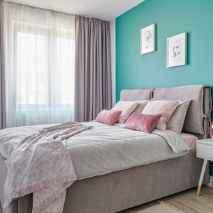 На фото: спальня в скандинавском стиле с зелеными стенами и светлым паркетным полом без камина