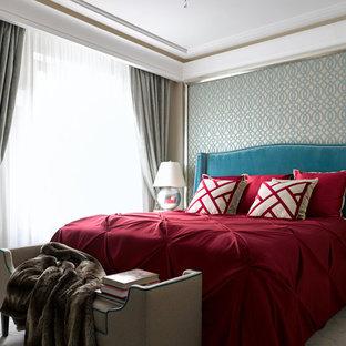 Стильный дизайн: спальня в современном стиле с бежевыми стенами, темным паркетным полом и коричневым полом - последний тренд