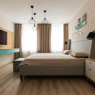Стильный дизайн: хозяйская спальня в современном стиле с бежевыми стенами, паркетным полом среднего тона и коричневым полом - последний тренд