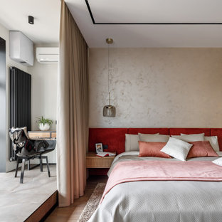 На фото: хозяйская спальня в современном стиле с бежевыми стенами и коричневым полом