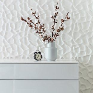 Esempio di una camera matrimoniale design con pareti beige e pavimento marrone