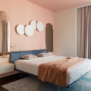 Modelo de dormitorio principal, contemporáneo, con suelo marrón, suelo de madera oscura y paredes rosas