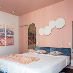 Inspiration pour une chambre parentale design avec un mur beige et un sol marron.