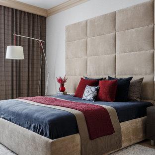 Стильный дизайн: хозяйская спальня среднего размера в стиле современная классика с светлым паркетным полом, бежевым полом и белыми стенами - последний тренд