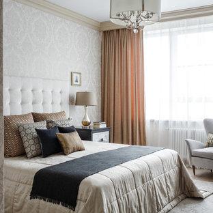 Пример оригинального дизайна: хозяйская спальня среднего размера в классическом стиле с светлым паркетным полом, бежевым полом, белыми стенами и тюлем