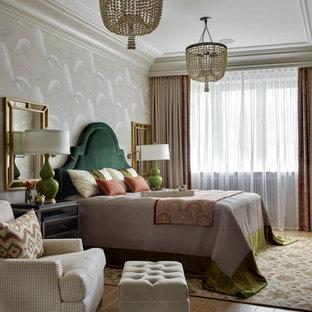 Идея дизайна: спальня в классическом стиле с бежевыми стенами, паркетным полом среднего тона и коричневым полом