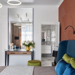 Идея дизайна: большая хозяйская спальня в современном стиле с белыми стенами