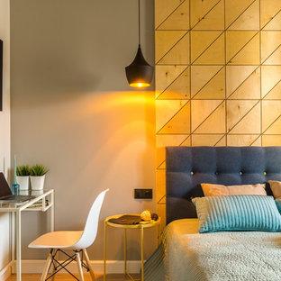 Новый формат декора квартиры: хозяйская спальня в современном стиле с серыми стенами, паркетным полом среднего тона и коричневым полом