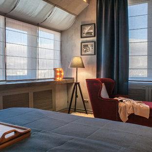 На фото: хозяйские спальни в стиле лофт с серыми стенами и ковровым покрытием