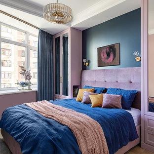 Пример оригинального дизайна: спальня в современном стиле с синими стенами, паркетным полом среднего тона и коричневым полом