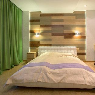 Foto de dormitorio principal, actual, grande, con paredes blancas, suelo de corcho y suelo beige