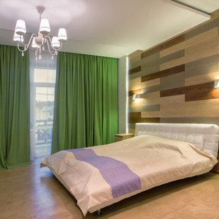 Ejemplo de dormitorio principal, actual, grande, con paredes blancas, suelo de corcho y suelo beige
